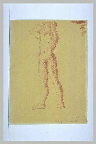 Homme nu, debout, de face, mains derrière la tête