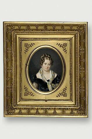 Portrait de jeune femme en robe noire