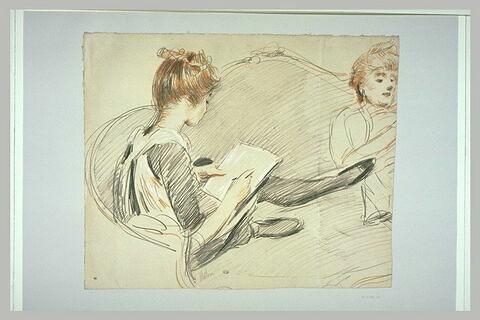Paulette assise à l'extrémité d'un canapé près de sa mère
