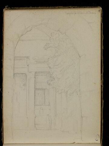 Façade de temple au delà d'une arche