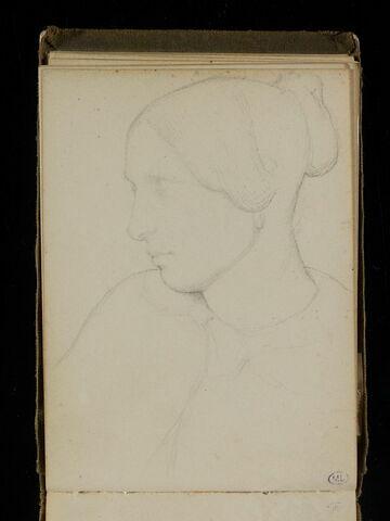 Femme coiffée d'un chignon, en buste