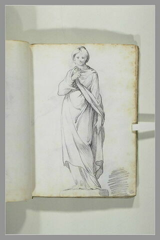 Statue d'une femme debout, drapée, vue de face, son bras droit replié...