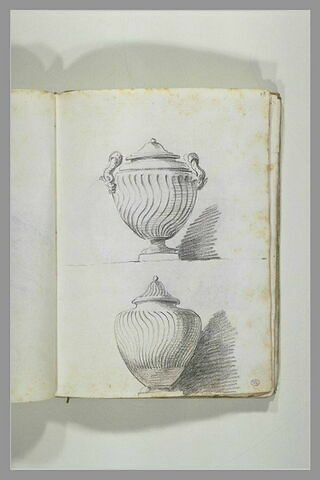 Deux vases couverts à décor de spirales incrusté ou incisé