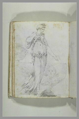 Jeune femme drapée, vêtue d'un costume inspiré de l'antique ; elle marche...