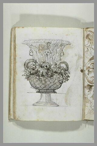 Projet d'une corbeille de fleurs et de fruits transformée en un vase haut...