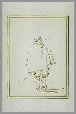 Homme enveloppé dans une grande cape