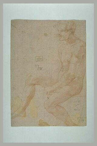 Homme assis de profil
