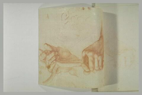 Deux mains tenant un objet
