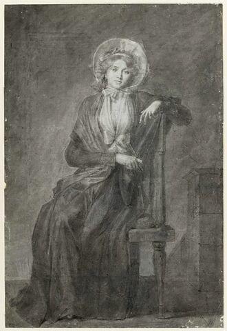 Jeune femme assise sur une chaise, tenant un éventail fermé