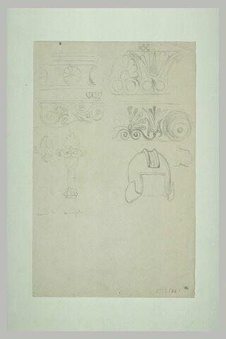 Athènes, étude de fragments lapidaires et casque du musée de l'Acropole
