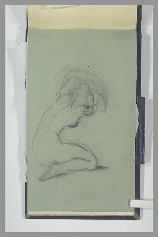 Femme nue, agenouillée, ajustant sa coiffure