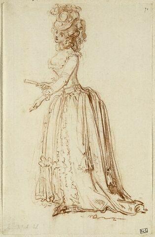 Jeune femme vue en pied, debout de profil à gauche, tenant un éventail fermé