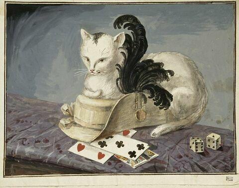Chat couché sur un chapeau à plumes, cartes à jouer et dés