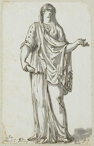 Femme debout tenant de la main droite un récipient