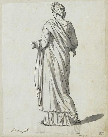 Femme debout, vue de dos, sur un socle