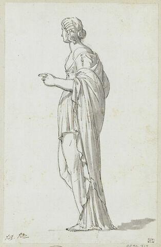Femme debout, vue de profil et tournée vers la gauche