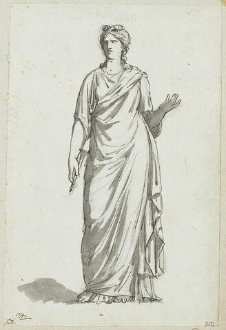 Femme debout tenant une flûte dans sa main droite