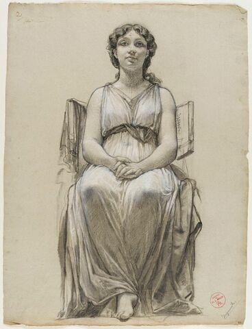 Femme drapée assise, les mains serrées sur le ventre, pieds croisés