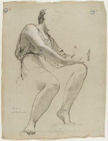 Femme drapée assise, tournée vers la droite, jambes nues, les mains reposant sur le genou droit et tenant une sculpture