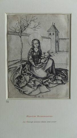 Vierge à l'Enfant assise dans une cour