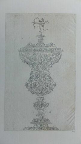 Vase en forme de calice avec arabesque, figurines, paysage, le couvercle est surmonté d'un amour tirant de l'arc