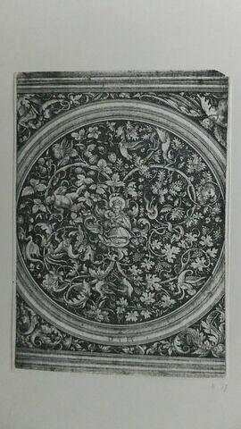 La Vierge au milieu d'un rond d'ornements