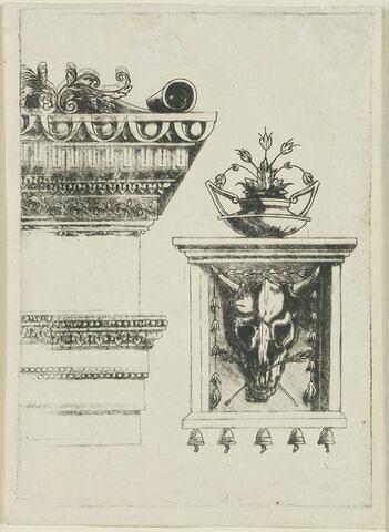 Entablement et vase sur une métope avec bucrâne