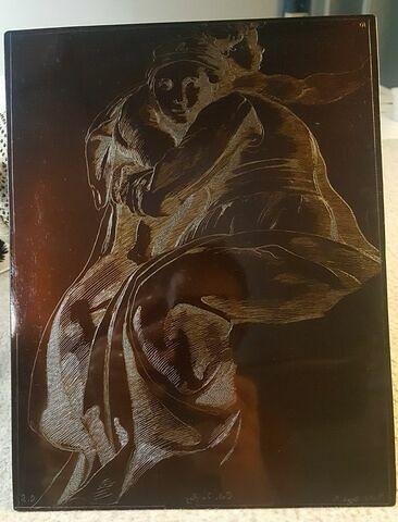 Une femme assise tenant un enfant dans ses bras