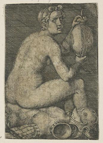 Femme nue assise sur une cuirasse
