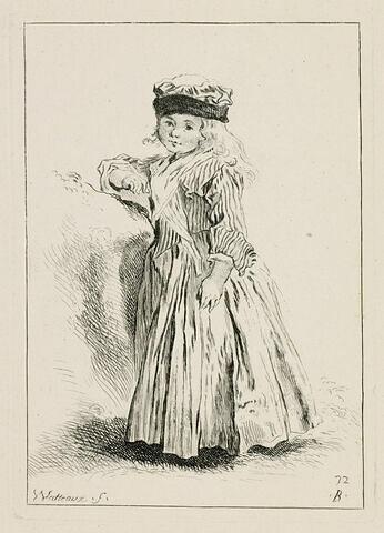 Petite fille en toquet, vêtue d'une robe rayée, debout