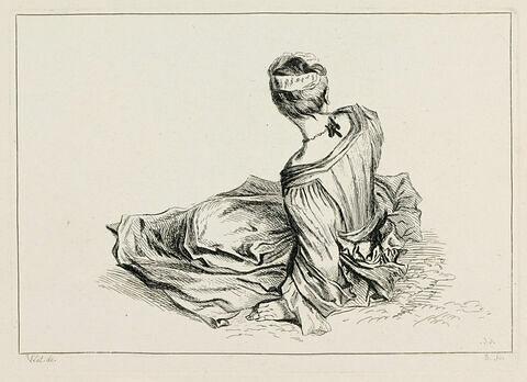 Femme vue de dos assise à terre et s'appuyant sur sa main gauche
