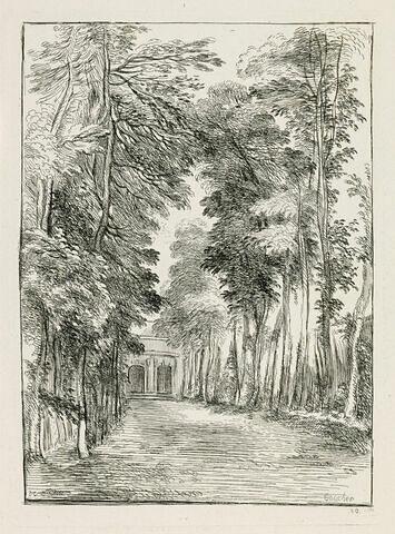Un allée de parc avec un pavillon au fond