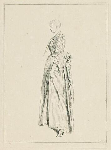 Jeune femme debout, vue de profil et tournée à gauche