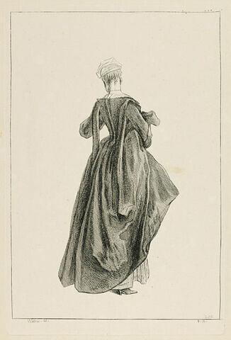 Femme en pied, vue de dos, tenant sous le bras sa jupe relevée