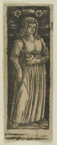 Jeune femme tenant un coeur