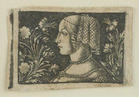 Jeune femme avec un collier de perles tournée à gauche