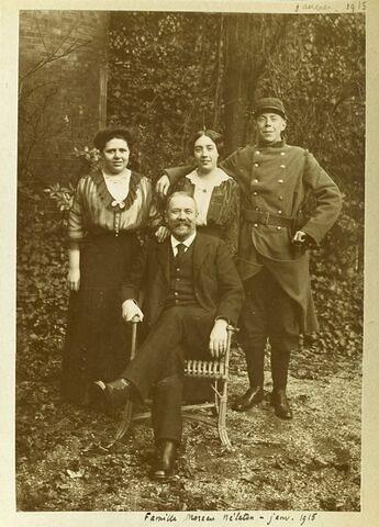 Photographie d'Etienne Moreau-Nélaton, de ses deux filles et de son fils