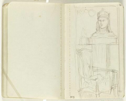 Fauteuil près d'une table sur laquelle est posée un buste de femme avec une couronne sur la tête. Dans un encadrement