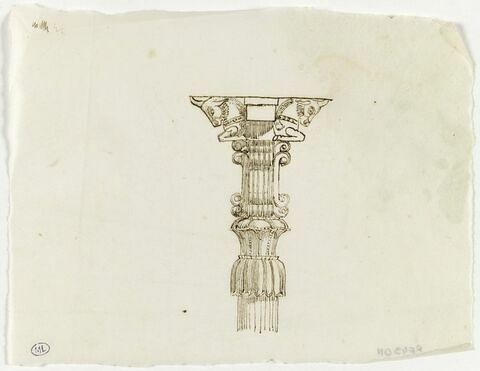 Chapiteau assyrien avec taureaux dos à dos sur fragment pilier cannelé