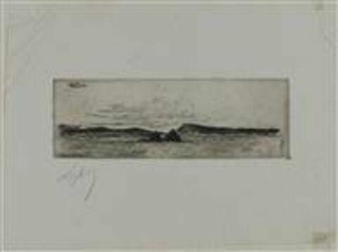 Marine : deux rochers à fleur d'eau et rive montagneuse