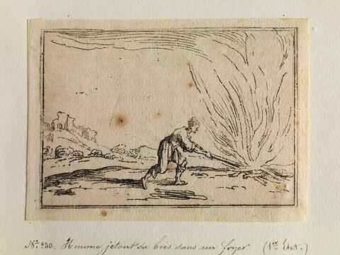 Homme jetant du bois sur un foyer