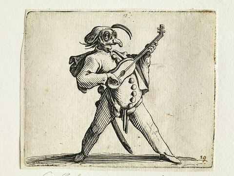 Les Bossus : Le comédien jouant de la guitare