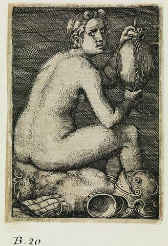 Femme assise sur une cuirasse