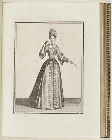Femme debout de face, portant un éventail dans la main gauche