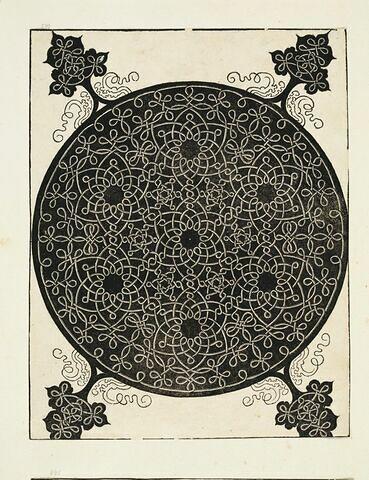 Noeuds formant un décor de sept entrelacs étoilés