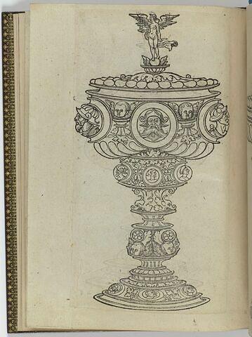 Gobelet avec trois médaillons d'hommes casqués