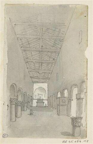 Intérieur d'une église romane, voute charpentée, nef centrale flanquée de colonnes